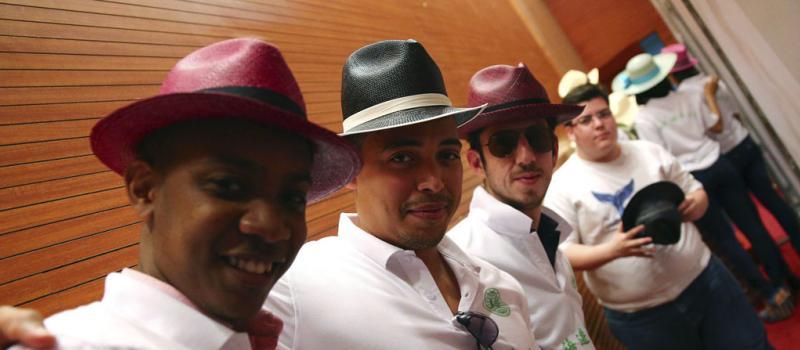 Un grupo de hombres luce sombreros de paja toquilla ecuatorianos durante  una presentación en la Universidad bffc858b59a